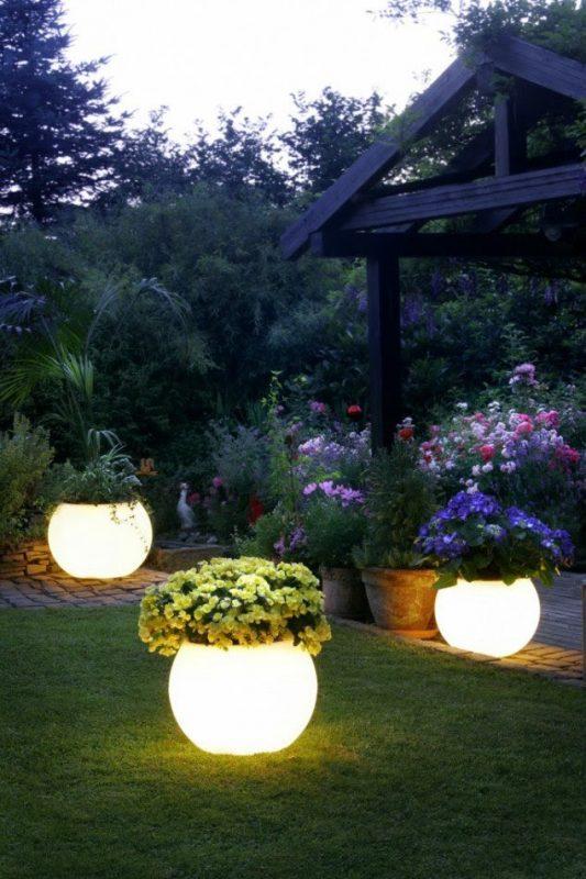 Lắp đặt đèn sân vườn cần đảm bảo nguyên tắc về an toàn và hiệu quả chiếu sáng.